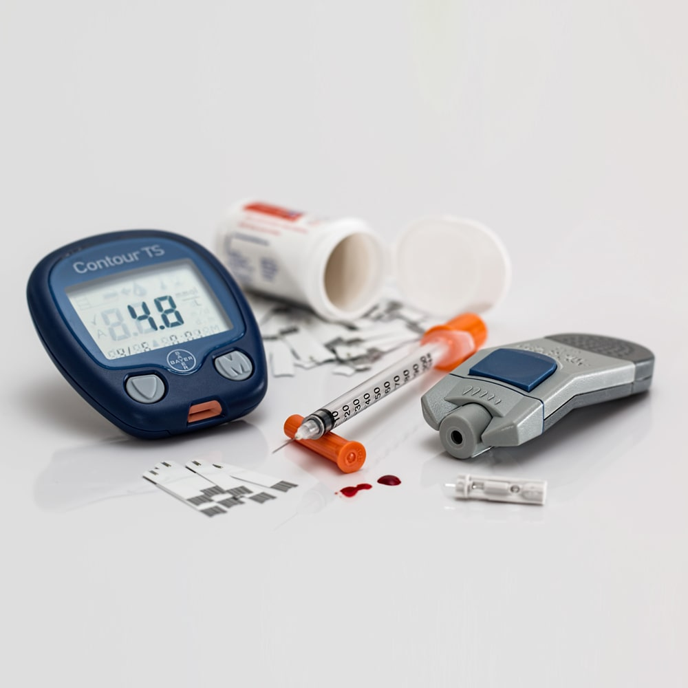 Diabetes Messgeraet Insulinspritze und Tabletten