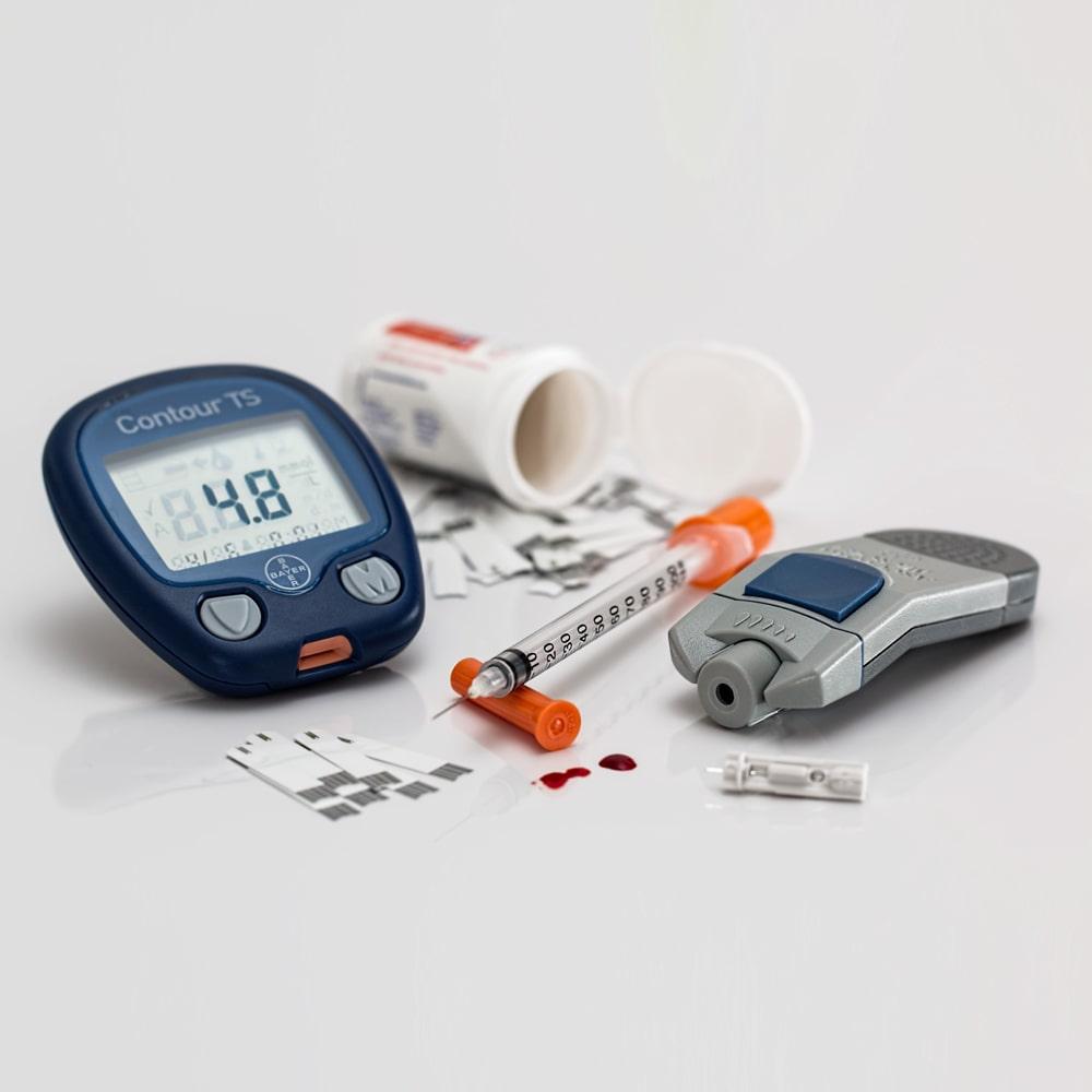 Diabetes, Blutzuckermessgerät, Insulinspritze und Tabletten