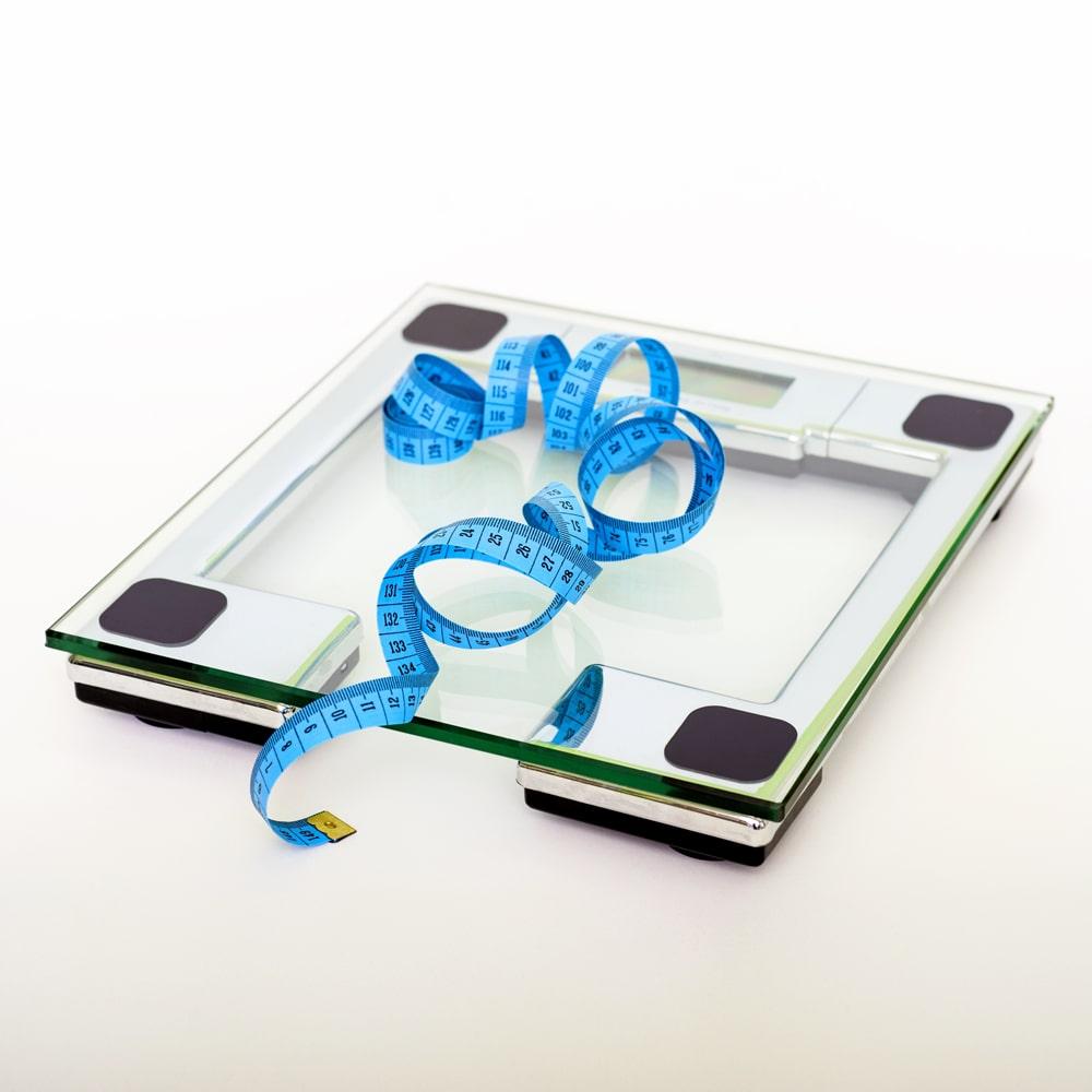 Übergewicht und Waage.