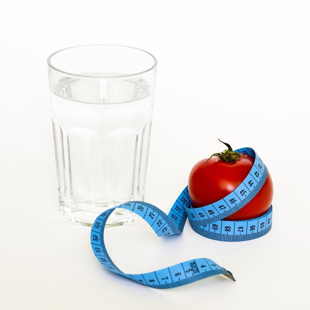 Übergewicht Maßband Ernährung bei Adipositas.